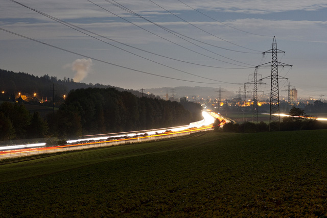 High voltage pylons line the A1 highway in Walterswil in the canton of Solothurn, Switzerland, pictured on October 5, 2009. (KEYSTONE/Gaetan Bally) Hochspannungsmasten saeumen die Autobahn A1, aufgenommen am 5. Oktober 2009 in Walterswil im Kanton Solothurn. (KEYSTONE/Gaetan Bally)