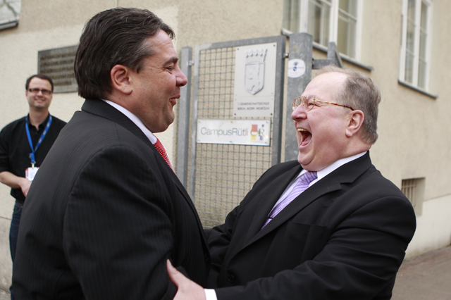 The district mayor of Berlin's Neukoelln borough and member of the Social Democratic Party (SPD) Heinz Buschkowsky (R) welcomes SPD leader Sigmar Gabriel to a local SPD meeting at the Ruetli School in Berlin, April 11, 2011. The multi-ethnic district of Neukoelln is considered one of the poorest of the German capital, where voters will elect a new mayor later this year. REUTERS/Thomas Peter (GERMANY - Tags: POLITICS) - RTR2L43P