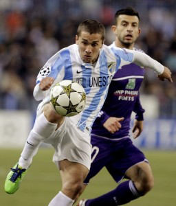 epa03496448 Malaga's Uruguayan striker Seba Fernandez (L) duels for the ball with Anderlecht's Swedish defender Behrang Safari, during the UEFA Champions League group C soccer match played at Rosaleda stadium in Malaga, southern Spain, on 04 December 2012.  EPA/Jorge Zapata