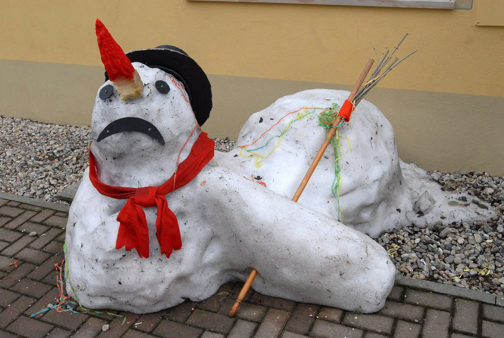 epa00940119 The days of this snowman are over in Geising, Germany, Friday, 23 Ferbuary 2007. Weather will stay humid and mild. EPA/Egbert Kamprath