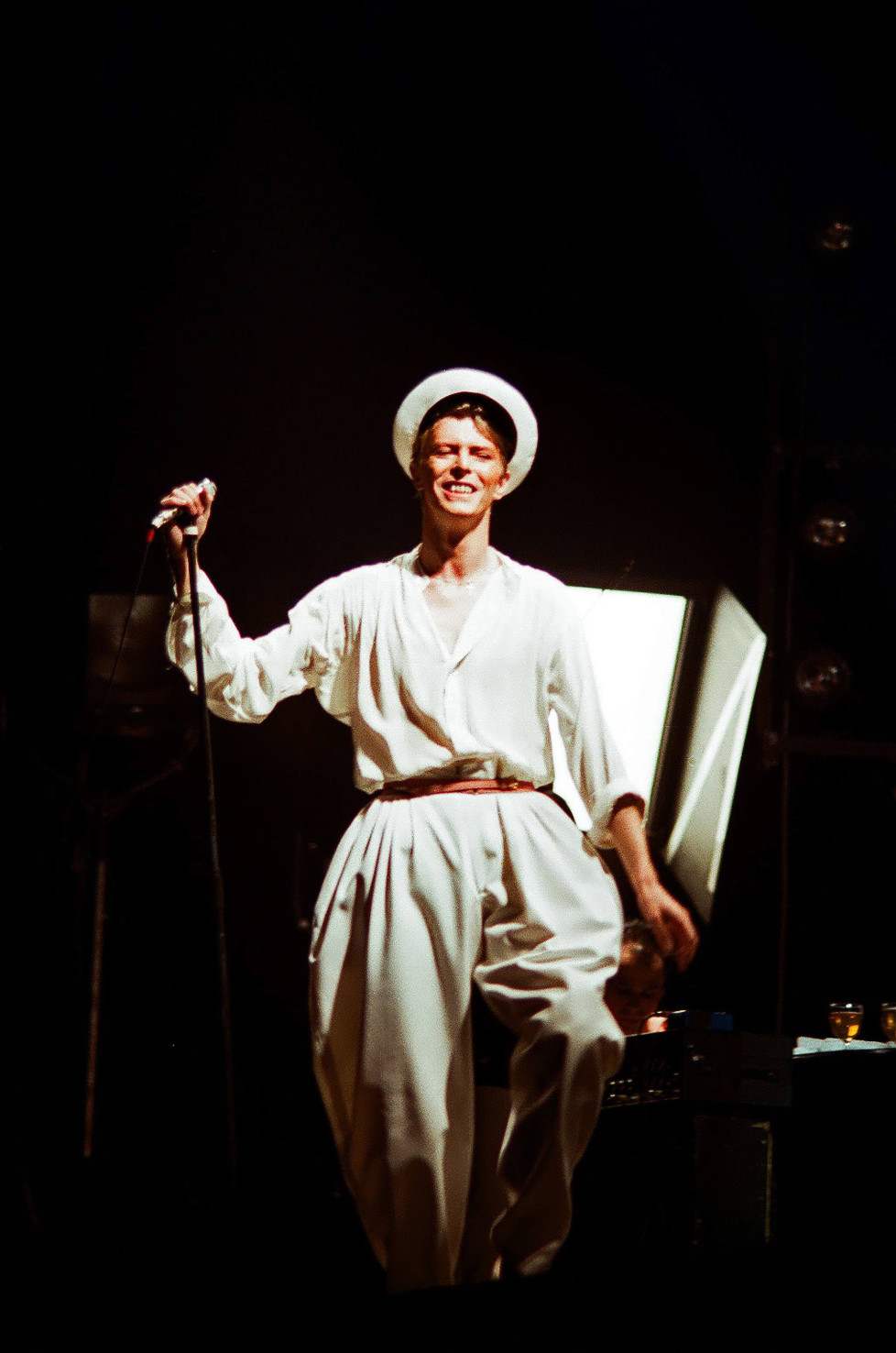 LONDON, UNITED KINGDOM - AUGUST 28: David Bowie performs on stage at Earls Court Arena on August 28th, 1978 in London, England. (Photo by Peter Still/Redferns)