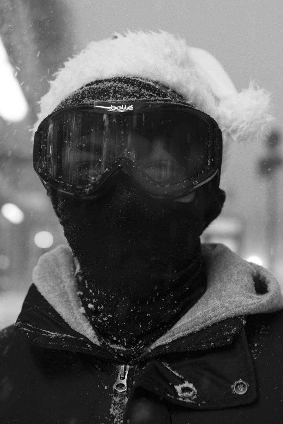 23 JAN 2016 - Washington Heights, New York City - Residents take to the streets and brave the first day of a blizzard affecting much of the northeast United States. New York City's first snowstorm of the year potentially will result in up to 30 inches (76 cm) of snowfall before Sunday. Combined work: Sarah Blesener and Cédric von Niederhäusern