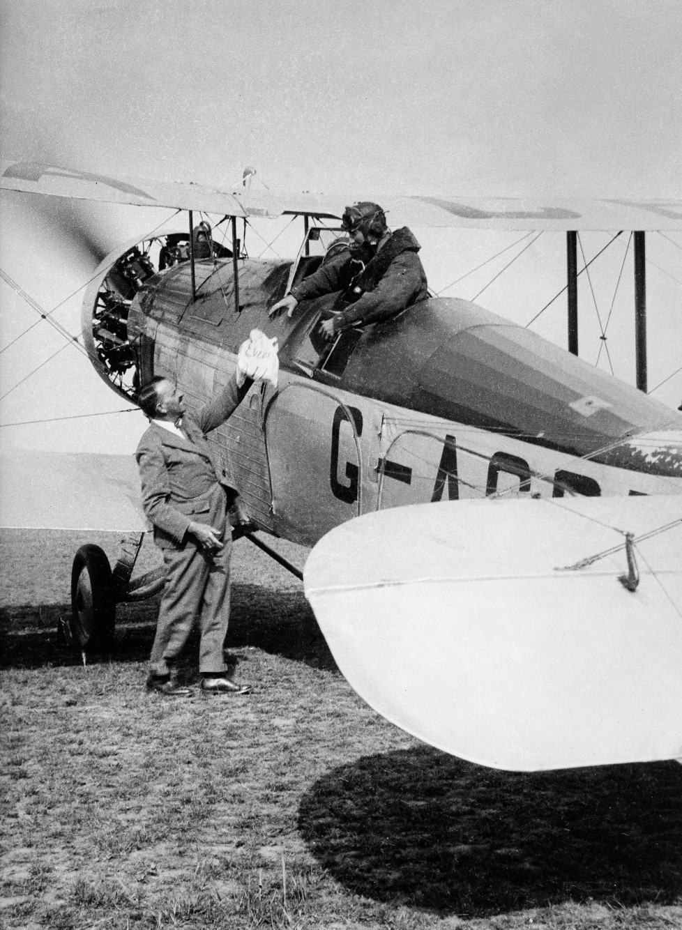 (GERMANY OUT) The Houston Mount Everest Flight: Colonel P.T. Etherton handing in the special Everest mail before the departure for the flight over Everst - April 1933- Photographer: BonnettVintage property of ullstein bild (Photo by ullstein bild/ullstein bild via Getty Images)