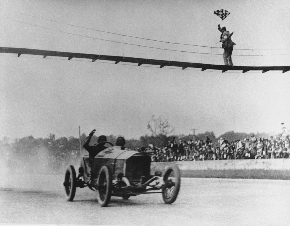 ZUR 100. AUSTRAGUNG DES AELTESTEN RUNDSTRECKEN-AUTORENNENS INDIANAPOLIS 500 AM SONNTAG, 29. MAI 2016, IN INDIANAPOLIS, USA, STELLEN WIR IHNEN FOLGENDES BILDMATERIAL ZUR VERFUEGUNG - With a crippled engine, Ralph DePalma of Los Angeles crosses the finish line at Indianapolis Speedway on March 10, 1915. Another engine failure had stopped him near the end of the 1912 race when DePalma led by at least 10 miles. (KEYSTONE/AP Photo)