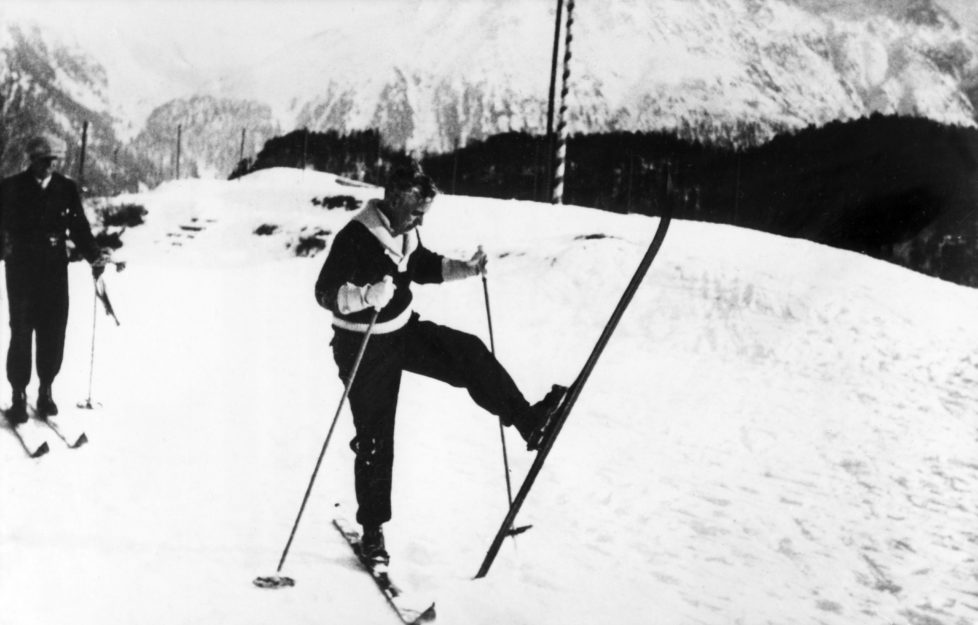 (GERMANY OUT) Chaplin, Charlie - Actor, film director, Great Britain - *16.04.1889-25.12.1977+ - Chaplin learning how to ski in St. Moritz, Switzerland - 1931 - Vintage property of ullstein bild (Photo by ullstein bild/ullstein bild via Getty Images) *** Local Caption *** 00066032