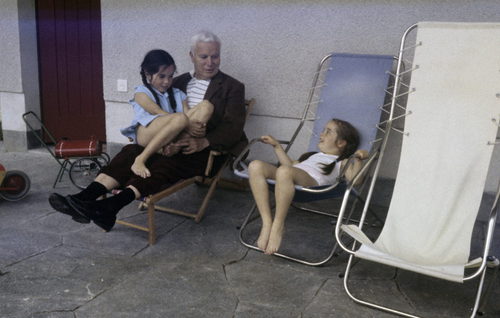 A Sixth Child For Oona And Charlie Chaplin. Suisse, juin 1957, Charlie CHAPLIN et son ?pouse Oona dans leur maison de Corsier-sur-Vevey, ? l'occasion de la naissance de leur sixi?me enfant, Jane. Sur la terrasse, assis dans des transats, Charlie CHAPLIN et ses deux filles Jos?phine (10 ans) sur ses genoux et Victoria (6 ans). (Photo by Maurice Jarnoux/Paris Match via Getty Images)