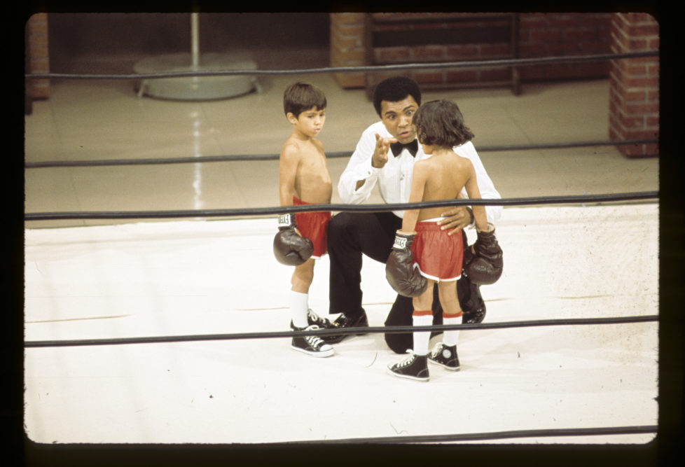 MUHAMMAD ALI VARIETY SPECIAL - Airdate: May 16, 1975. (Photo by ABC Photo Archives/ABC via Getty Images) L-R: JASON RINDBERG;MUHAMMAD ALI;JESSE MENOLIDA