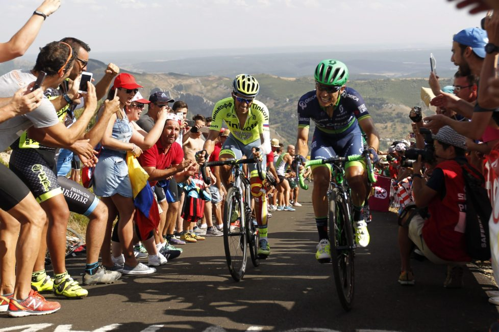 epa05512265 Spanish Alberto Contador (L) of Tinkoff and Colombian Esteban Chaves (R) of Orica in action during the 8th stage of the Spanish Vuelta, a 181,5 km race between Villalpando and La Camperona, in Spain on 27 August 2016. EPA/JAVIER LIZON