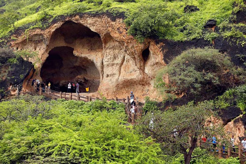 Tourists visit a cave at Ain Razat, a water spring in Salalah, Dhofar province, Oman August 20, 2016. Picture taken August 20, 2016. REUTERS/Ahmed Jadallah - RTX2NFGN