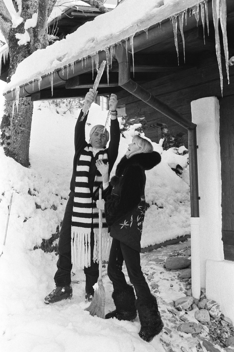 Gstaad,SWITZERLAND - DECEMBER 28: Gunther Sachs and his wife Mirja on winter holidays in Gstaad in 1979(Photo by Bertrand LAFORET/Gamma-Rapho via Getty Images)